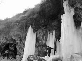 河南鹤壁山岩上出现大片冰柱