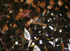 李明博决定前往吊唁卢武铉 所送花圈遭破坏