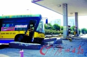 公交车冲进加油站致7名乘客受伤(图)