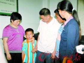 男婴7个月大被熟人拐走 8年后与父母相聚(图)