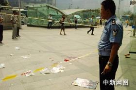 重庆一名男子遭三人当街持刀追砍(图)