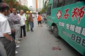 公交司机当街被摩托车主砍断手掌(组图)