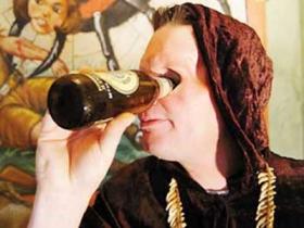 美国独眼男子用眼眶抽烟喝酒吐舌头(图)