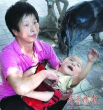 母亲为筹药费抱脑瘫儿子拾废品(图)