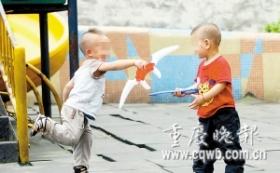 2岁男童出门见人就打 模仿奥特曼打同龄人(图)
