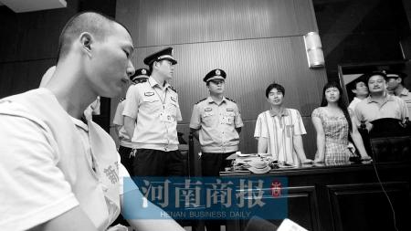 男孩为偷钱养网恋女友捅母亲40余刀致死