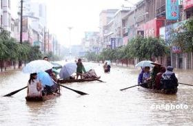 广西融水县遭遇洪灾 居民街头划船通行(图)