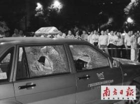 宝马转弯擦撞的士 的哥理论反遭殴打砸车(图)