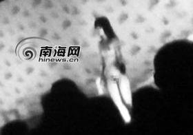 数名年轻女子当众跳脱衣舞被拘(组图)