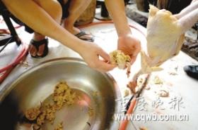 商贩为给活鸡增重用石粉灌进鸡胃(图)