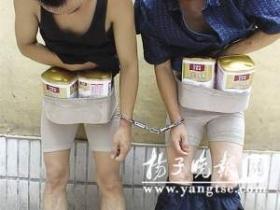 两男各穿三条女内裤到超市偷奶粉当场被抓(图)