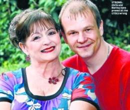 63岁妻子和31岁丈夫迎来结婚10周年(图)