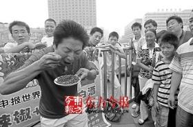 男子在火车站摆擂比吃辣椒 将赴全国寻对手