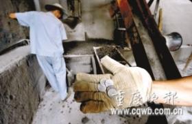 垃圾厂工人每月捡数千元被丢弃硬币(组图)