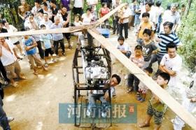 河南农民造飞机称能升空 像摩托上安个吊扇(图)