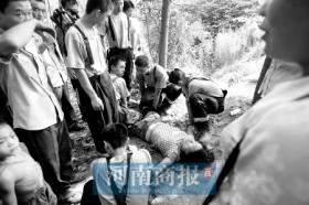 女子跳坑寻死被藤条挂住 救人者差点被踹入坑中