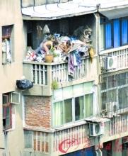 裸体女孩在阳台垃圾堆上玩耍引关注(组图)