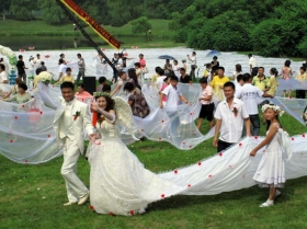 小伙做1984米世界最长婚纱迎娶女友(组图)