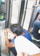 女乞丐公交车上流泪行乞后嬉笑数钱(图)