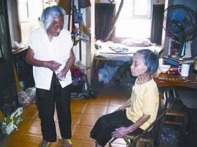 90岁老太摆摊养活72岁瘫痪女儿(图)