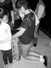 男孩小区内跪地2小时求女友原谅