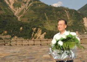 温家宝再赴四川灾区看望民众 向遇难者献花(图)