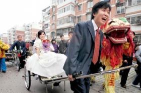 新郎拉黄包车迎娶新娘(图)