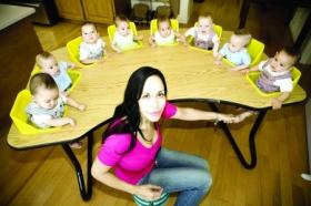 美国八胞胎单身母亲拿孩子当摇钱树(图)