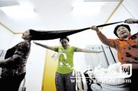 5旬女子留发27年 头发长达1.6米(图)