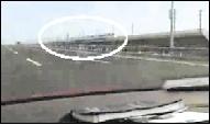 轿车48秒狂飙超越和谐号列车视频网上热传(图