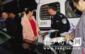 男警察在市民协助下冲进女厕救自杀女孩