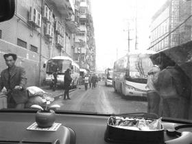 记者手机偷拍黑车揽客遭两男子追打百米