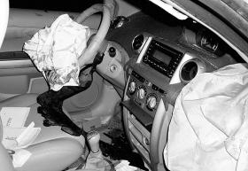 民警驾车撞死人后逃逸致车内1人死亡