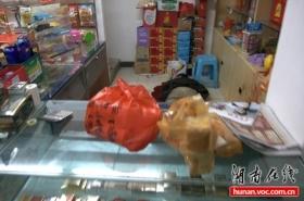 超市老板被两名劫匪割喉致死 其妻装晕幸免(图