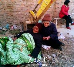 10余老妇挖掘机下打吊瓶阻止征地