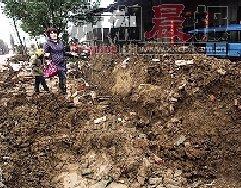 武汉黄陂七旬老妇阻止拆迁摔入沟内被活埋