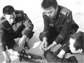疑犯等待庭审时手铐难以打开 消防员救助