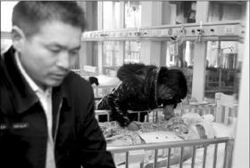 奔驰撞伤男童逃逸 残疾父亲无力支付医药费