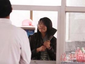 20岁女孩刀架自己脖子 只为逼回已婚负心汉