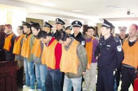 13名青年制贩60公斤毒品获刑 百余家属庭下痛哭