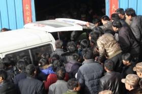 组图:河南伊川12名遇难矿工遗体升井
