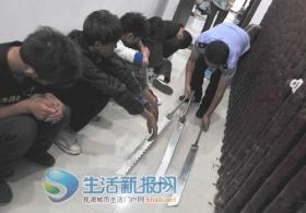 三名嫌犯在派出所外张望被抓获(图)