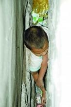 九岁顽童被10厘米宽墙缝卡住 官兵凿壁救人