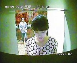 男子取款机前持刀抢劫被监控全程拍下