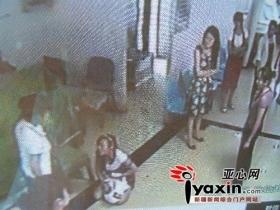 女子在商场偷盗被抓获 跪地求饶自扇耳光