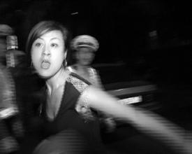 女子阻挠采访当着警察殴打记者被拘