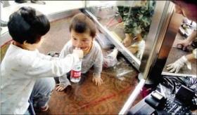 5岁男孩被旋转门卡住脚 小女孩喂水安慰