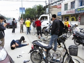 男子被货车撞倒 众人围观20分钟无人报警