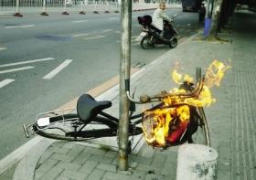 """自行车离奇""""自燃"""" 疑被人扔进未熄灭烟头"""