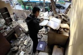 西安一家人凌晨被扔荒郊 房子遭强拆变废墟